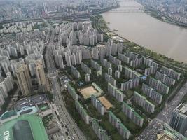 la hermosa vista a la ciudad de seúl y al río han-gang desde el aire. Corea del Sur foto