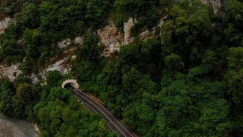 voando em um levantamento aéreo em desfiladeiro de montanha video