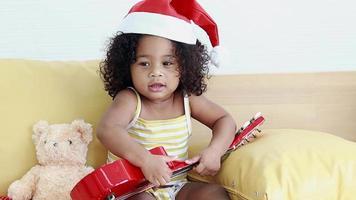une fille porte un chapeau de père noël rouge video