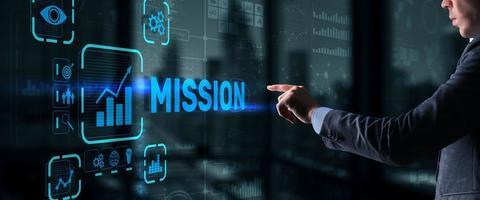 El empresario hace clic en la misión de la pantalla virtual foto