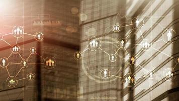 concepto de redes sociales en el fondo de la ciudad futurista. foto