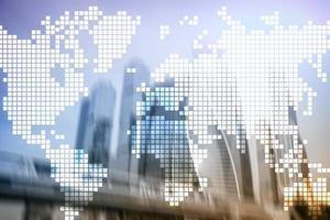Mapa del mundo de doble exposición sobre fondo de rascacielos. comunicación y concepto de negocio global. foto