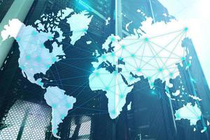 concepto de internet y telecomunicaciones con mapa del mundo en el fondo de la sala de servidores foto