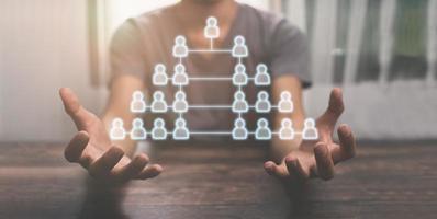 personas que muestran la estructura de los empleados en la empresa. ilustración foto
