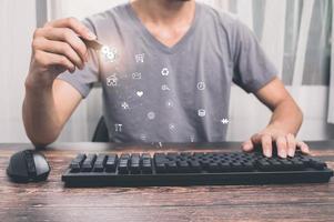 Hombre que usa un bolígrafo electrónico para elegir la ilustración del icono de trabajo foto