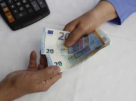 Fotografía para temas económicos y financieros con dinero europeo. foto