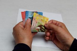 fotografía para temas económicos y financieros con dinero costarricense foto