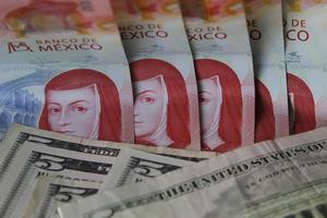 economía y finanzas con dinero mexicano y estadounidense foto