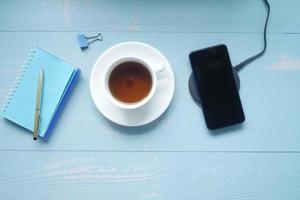 cargar un teléfono inteligente con la plataforma de carga inalámbrica foto