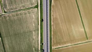 estrada rural com veículos passando video