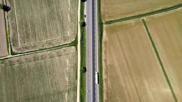 caminhão dirigindo em estrada rural video