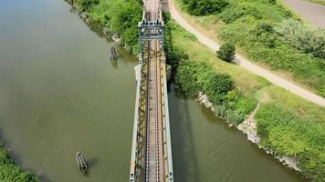 survoler la rivière avec train bridger video