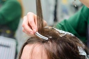 coloración del cabello en el salón, decoloración del cabello. foto