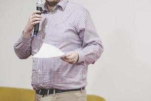 Ponente en conferencia de negocios y presentación en sala de reuniones. foto