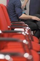 gente de negocios exitosa en el seminario escuchando la presentación foto