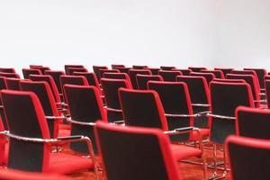 sala de conferencias vacía preparándose para presentaciones de negocios foto