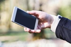 mujer usando su smartphone foto
