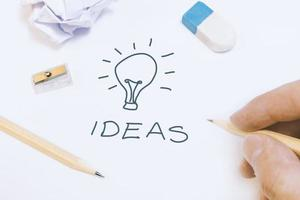 dibujo a mano alzada en la pizarra un concepto de idea de negocio. Todo comienza con una idea. foto