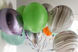 globos de colores en un paquete foto
