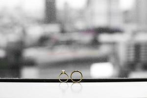 anillo de bodas en la ventana foto