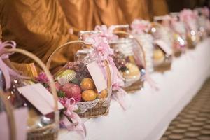 comida tailandesa para el monje en la ceremonia de la boda foto