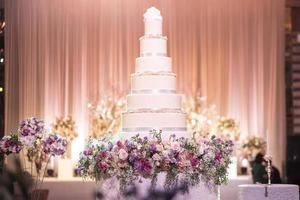 pastel de boda en el salón de bodas foto