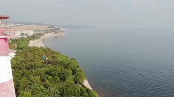 voando ao redor do farol na foto aérea à beira-mar video