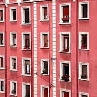 Ventana española en la fachada de un edificio de apartamentos foto