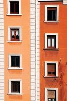 Ventana naranja en la fachada de la casa. foto