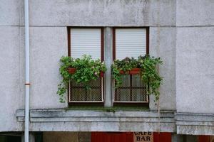 Ventana española en la fachada de la casa. foto