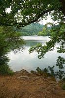 lago en las montañas en bilbao, españa foto