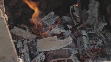 yixing aarden pot voor thee brandt in een vuur video