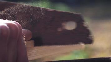 homem serra lenha serra manual video