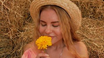chica joven y atractiva en un sombrero de paja video