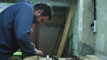 carpintero mide una barra de madera con una regla de metal video