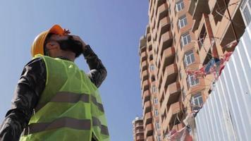 contremaître de construction dans un casque video