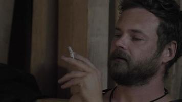chico con hermosos ojos azules que fuma un cigarrillo video