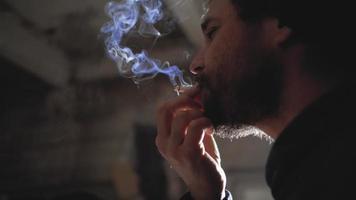 hombre con barba fuma un cigarrillo video