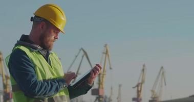travailleur portuaire avec une barbe dans un casque jaune video