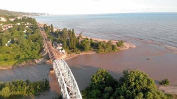 ponte montanha vista para o rio video