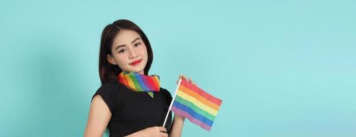 niña lgbtq y bandera del orgullo. sexy chica lesbiana y bandera lgbtq de pie. foto