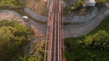 chemin de fer sur un pont par un beau matin video