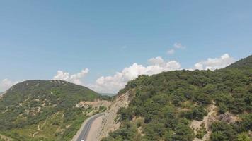 vuelo sobre la carretera en las montañas toma aérea video