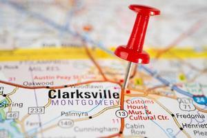 bangkok, tailandia, 1 de junio de 2020 clarksville, condado de montgomery, tennessee, mapa de carreteras con chincheta roja, ciudad en los estados unidos de américa ee. foto