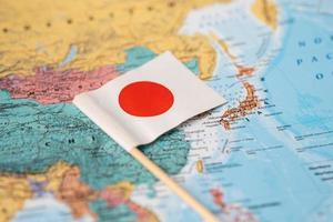 bangkok, tailandia - 7 de febrero de 2021 bandera de japón en el fondo del mapa del mundo. foto