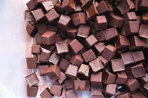 chispas de chocolate y fondo de chocolate foto