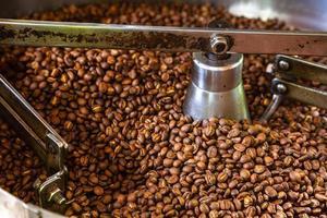 granos de café en máquinas tostadoras de café foto
