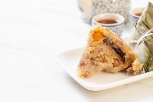 Zongzi o albóndigas de arroz pegajoso chino tradicional foto