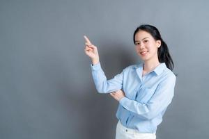 mujer asiática, con, mano, presentación, en, lado foto