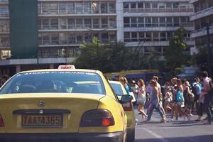 Atenas, Grecia 12 de julio de 2017 concurridas calles de Atenas, peatones cruzando mientras los coches esperan en el semáforo vista desde el coche foto